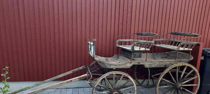 Gammal fjädervagn i orört original skick
